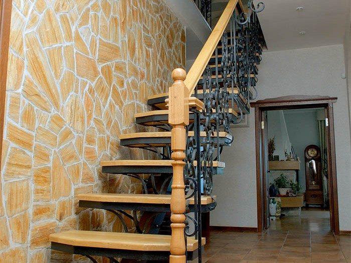 Интересная кованая лестница второго этажа