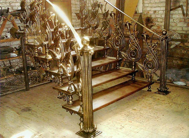 Позолоченная кованая лестница и деревянные ступени