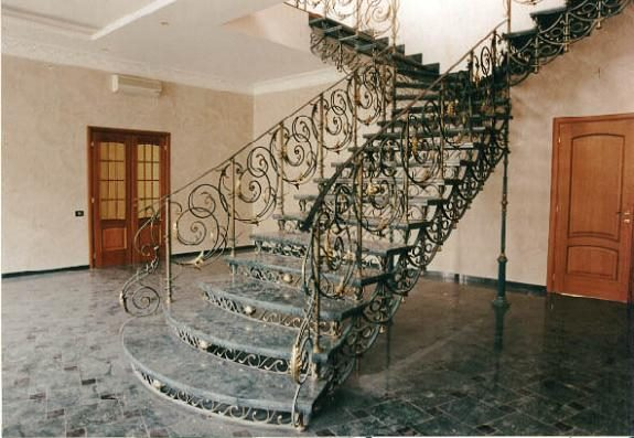 Филигранная кованая металлическая лестница