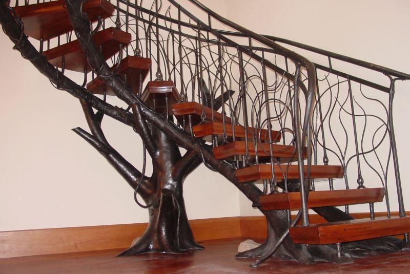 Уникальные кованые перила в сочетании с деревом