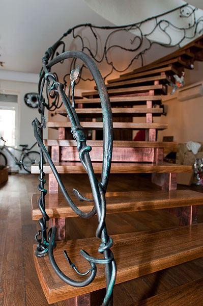 Деревянная лестница с ветвистыми изгибами перил