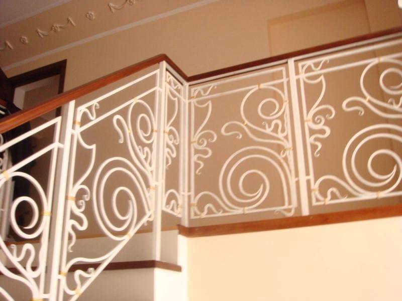 Красивые белые перила для лестницы с завитками