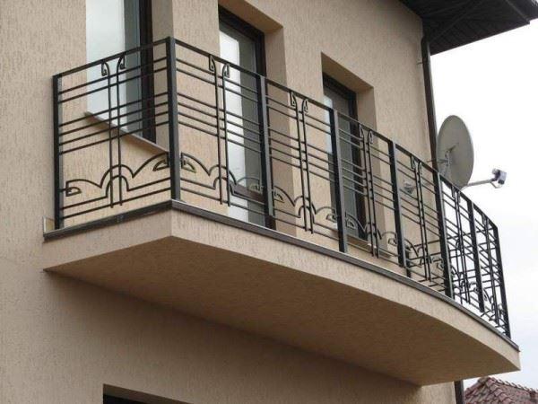 Строгие перила для безопасных прогулок на балконе