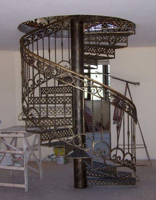Эффектные перила винтовой лестницы в классическом стиле