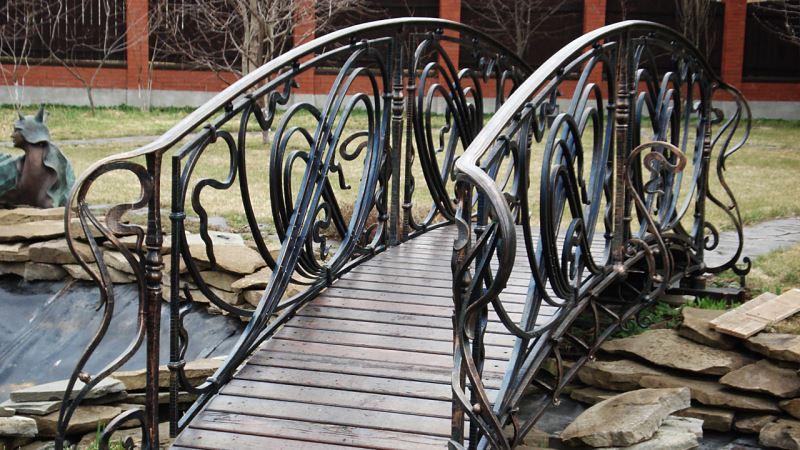 Красивые перила для моста в стиле модерн для садового участка
