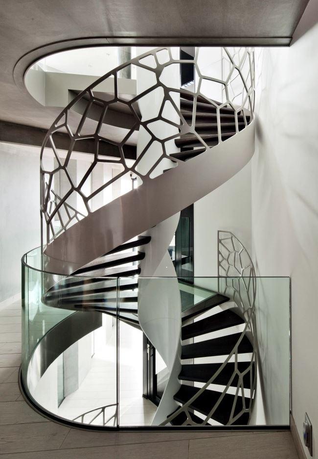 Уникальные перила кованые в стиле лофт для винтовой лестницы