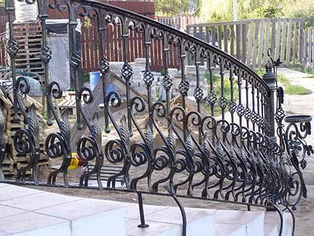 Кованые пузатые перила незаменимы на винтовых лестницах террас