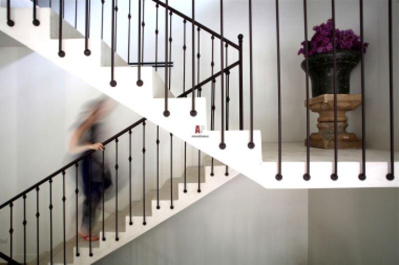 Перила в стиль хай тек удивительно дополнят минимализм в интерьере