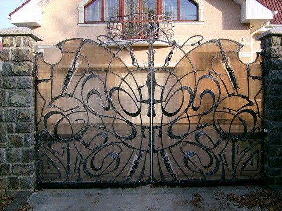 Кованые декоративные ворота с вензелями