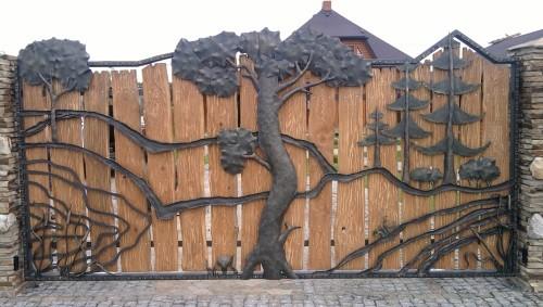 Деревянные ворота, содержащие кованые элементы декора