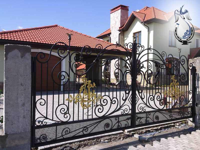 Красивые ворота частного дома с буквенным вензелем