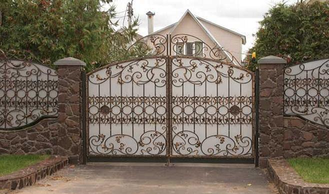 Красивые ворота с профлистом и коваными элементами