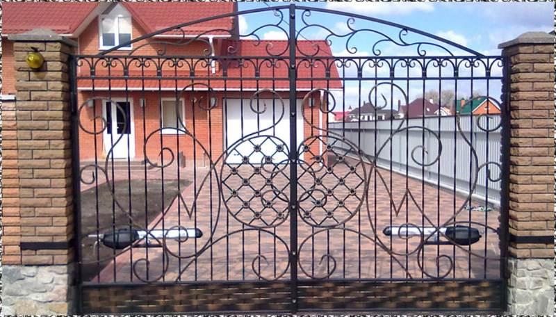 Автоматические ворота для частного дома с элементами ковки