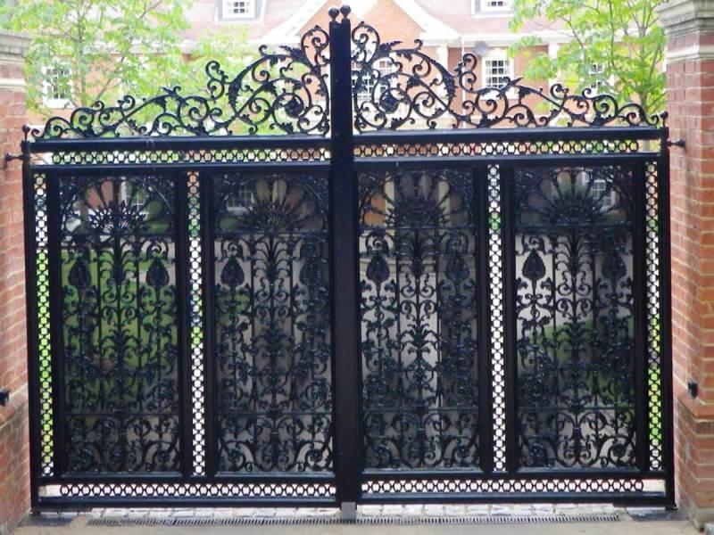 Большие ворота с резными узорами