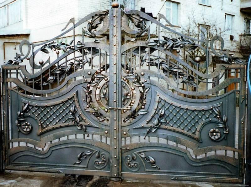 Металлические ворота с мелкими эксклюзивными деталями