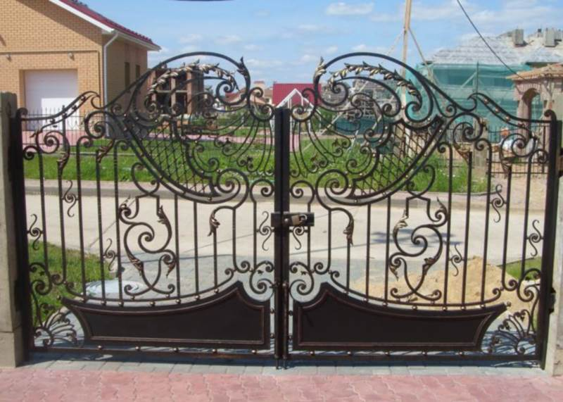 Резные ворота с крыльями