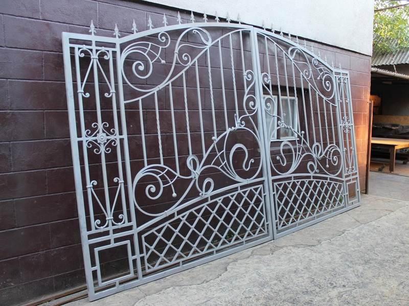 Готовые ворота с коваными затейливыми вензелями