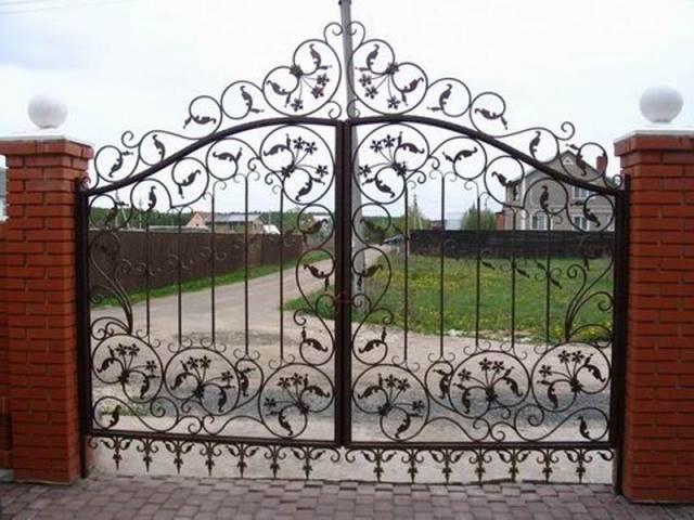 Распашные кованые ворота для дачи