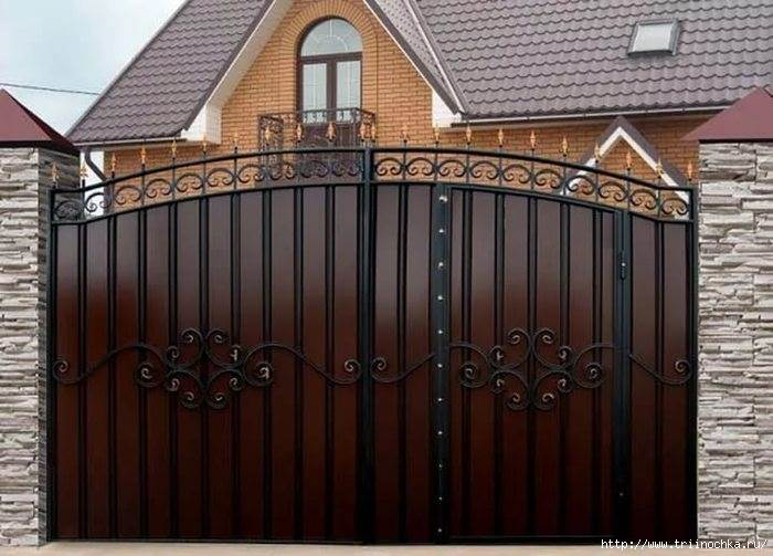 Металлические ворота с встроенной калиткой и кованым декором