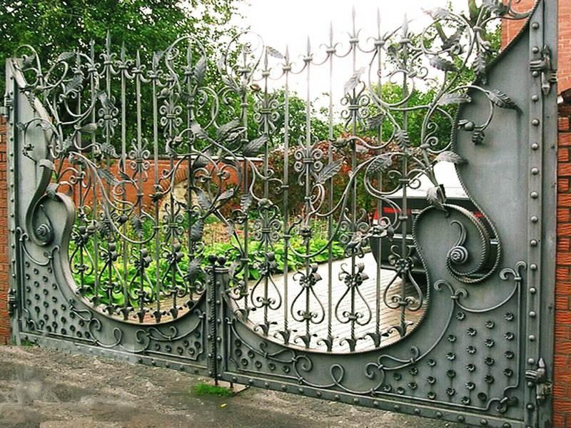 Ворота с коваными изящными пиками
