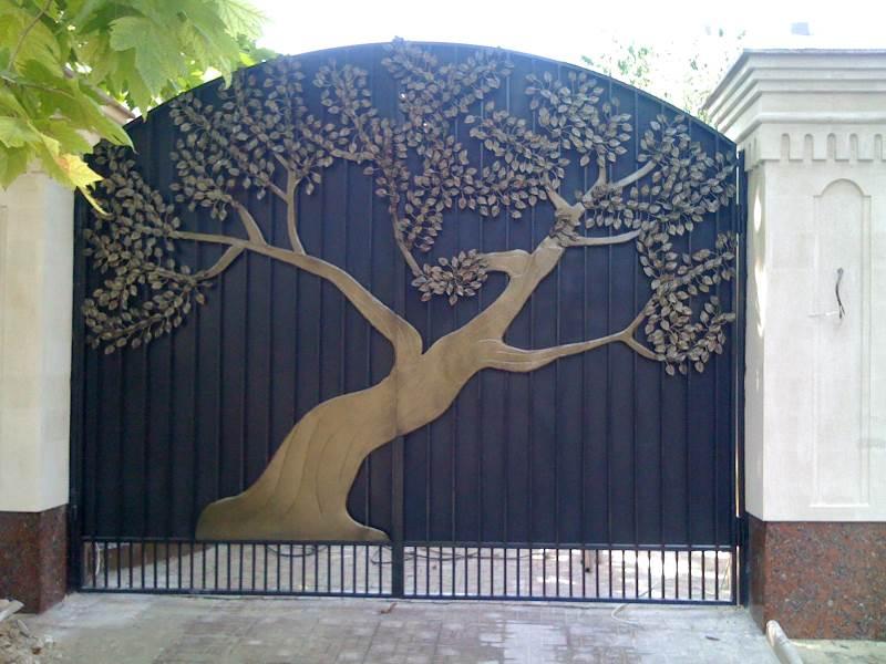 Необычные ворота на столбах с кованым элементом дерево