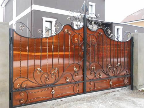 Бюджетные кованые ворота с весьма оригинальным дизайном