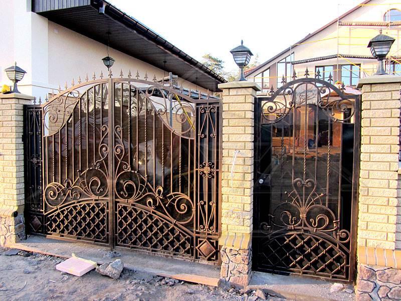 Ворота на кирпичных столбах - кованое украшение вашего дома