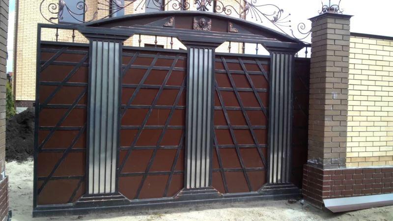 Раздвижные ворота с эклектическими колоннами в кованом стиле