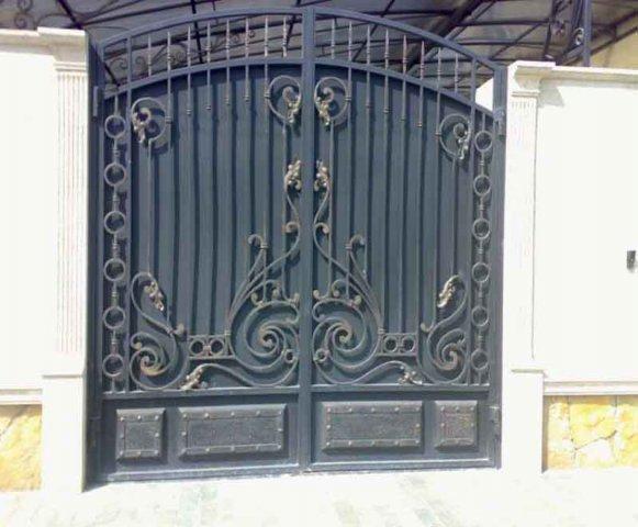 Классические ворота с элементами ковки