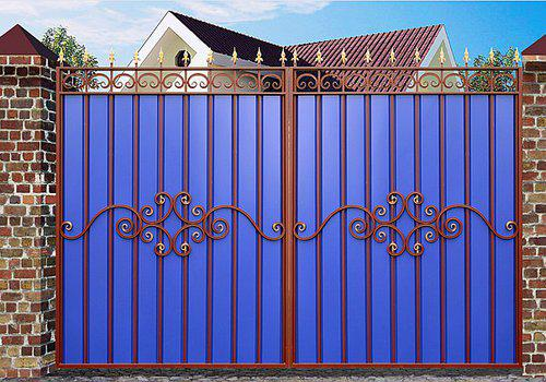 Простые и красивые ворота с коваными элементами