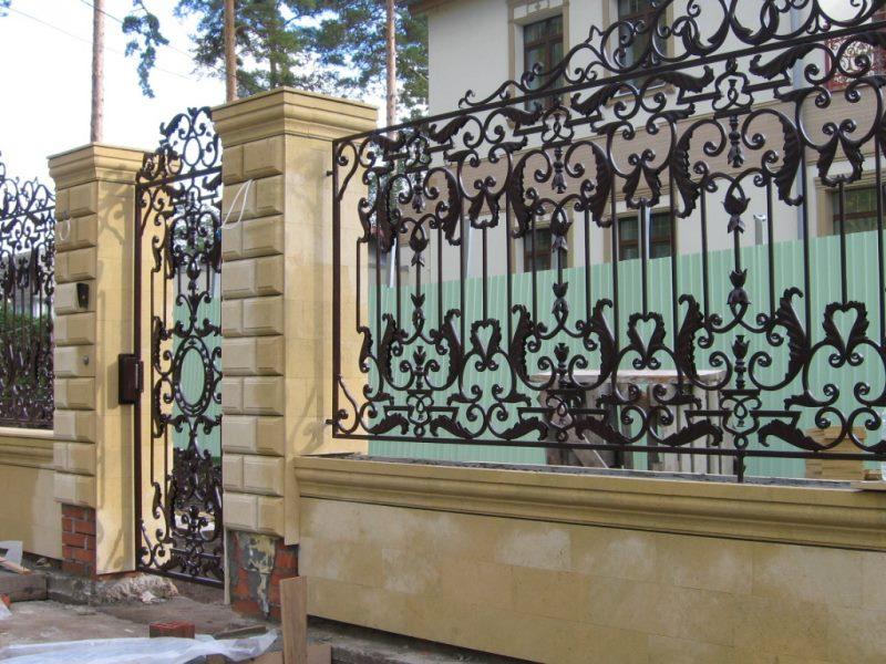 Практичный кованый забор в английском стиле