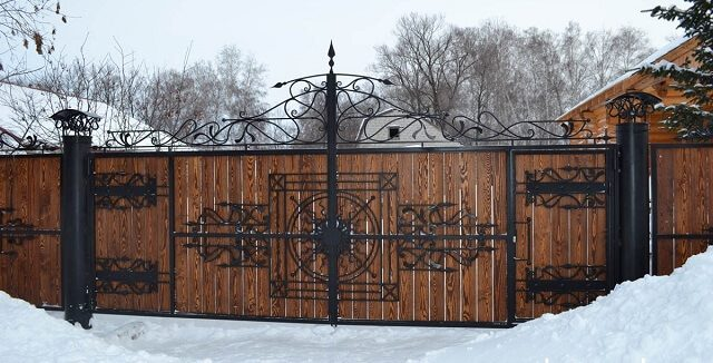 Ковано деревянный забор в деревенском стиле