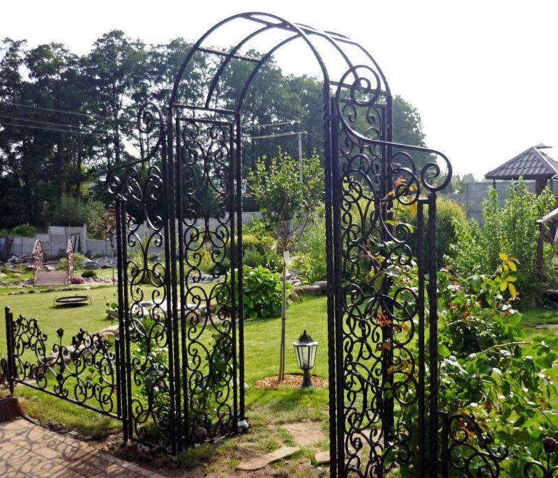 Кованые арки с забором для парковой зоны