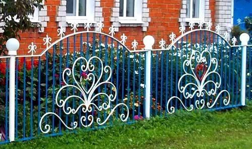 Невысокий кованый забор на палисадник