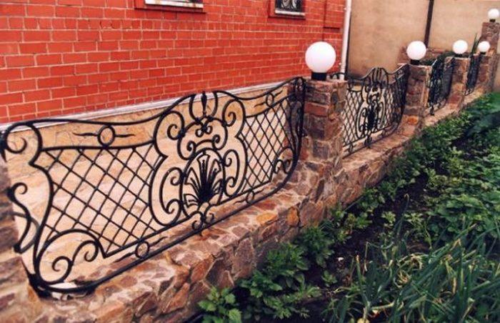 Небольшой ажурный кованый забор для палисадника