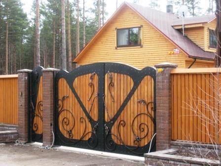 Приятный кованый забор с лиственницей