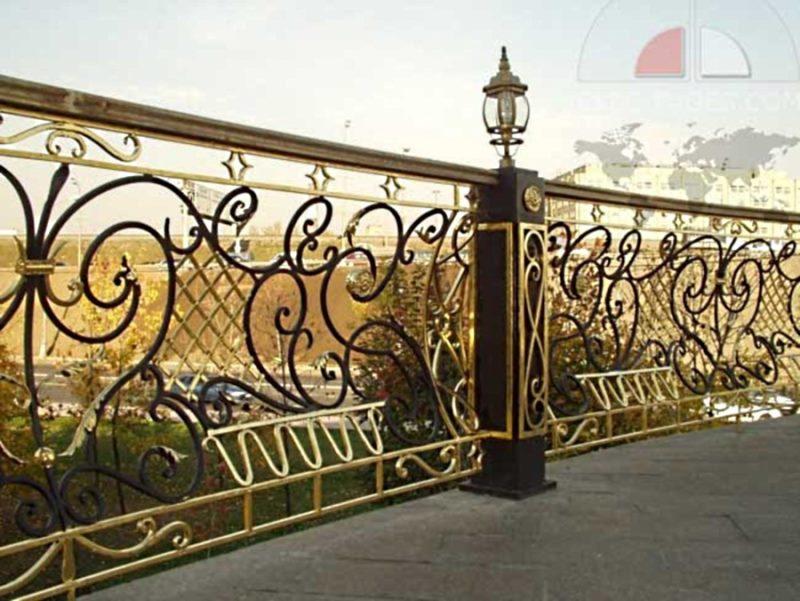 Низкий кованый забор для разделения участка на отдельные территории