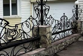 Оригинальный кованый забор для эффективной защиты дома