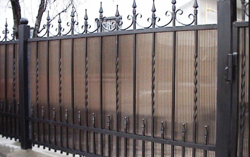 Простой и оригинальный кованый забор для частного дома