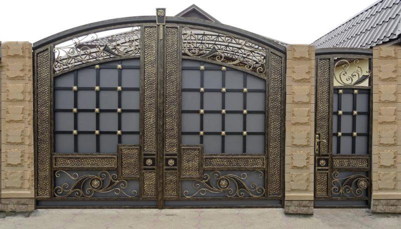 Великолепный кованый забор с вставкой листового металла