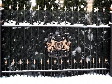 Кованый металлический забор с кузнечной краской