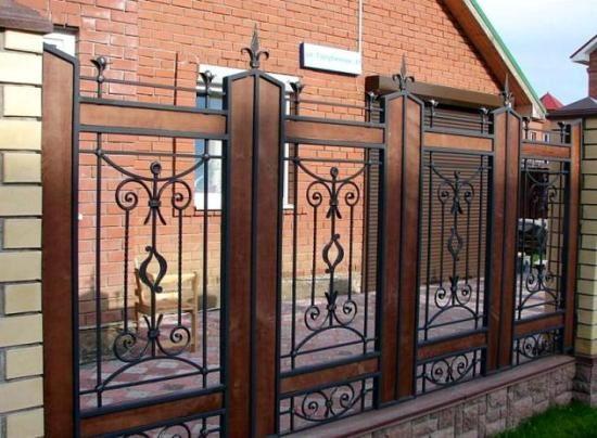 Оригинальный кованый забор с профлистом