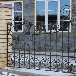 Ассиметричный секционный забор в стиле модерн