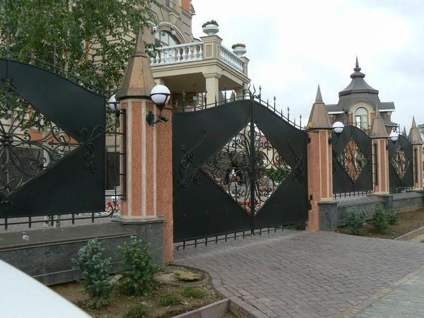 Торжественный кованый забор в стиле ампир