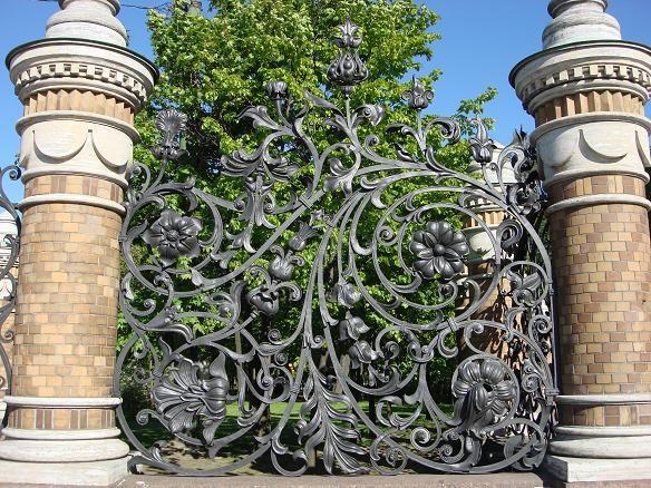 Декоративный кованый забор великолепно впишется в ансамбль лесопарковой зоны