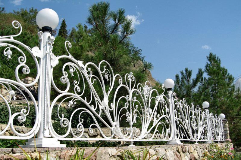 Очень красивый декоративный забор дополненный уличными фонарями