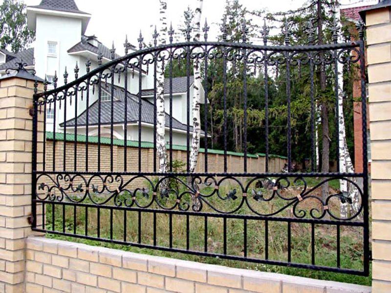 Железный кованый забор для загородного дома