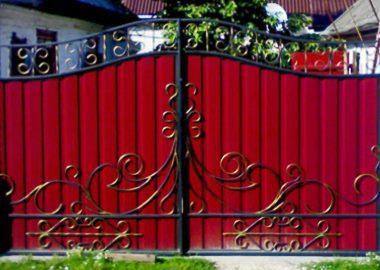Забор из профнастила с изящными коваными элементами