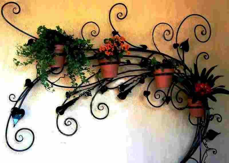 Изящная кованая полка под цветы на стену