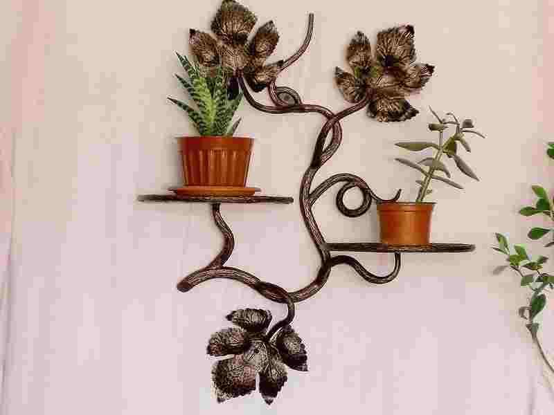 Кованая полка для двух цветов на стену